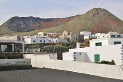 Hus under vulkan i Lanzarote, Spanien Fotografering för Bildbyråer