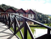 Hus utöver bron Arkivfoto