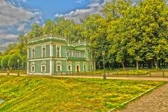 Hus vid dammet arkivbilder