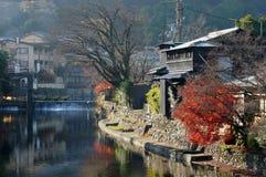 Hus vid en flod Royaltyfria Bilder