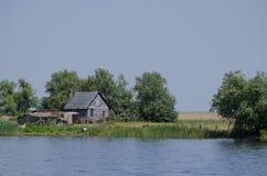 Hus vid floden royaltyfri fotografi