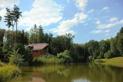 Hus vid floden fotografering för bildbyråer