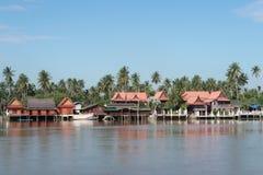 Hus vid floden Ampwa i Thailand Royaltyfria Foton