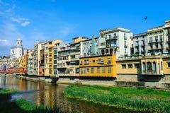 Hus vid floden av den catalan staden av Girona Arkivfoto