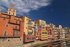 Hus vid floden i Girona, Catalonia Royaltyfri Foto