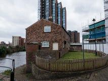 Hus vid kanalen Royaltyfri Foto