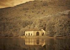 Hus vid sjön Royaltyfri Bild