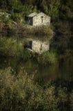 Hus vid Skadar laken Royaltyfri Fotografi