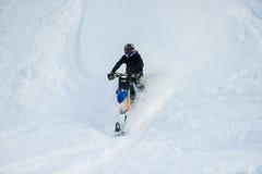 Husaberg de cheval de montagne sur une moto dans la forêt d'hiver dans les montagnes Photos libres de droits