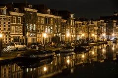 HusAlong kanal i Leiden Arkivfoton