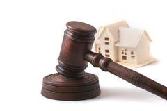Husauktion, auktionhammare, symbol av myndighet och miniatyrhus Rättssalbegrepp Royaltyfri Fotografi