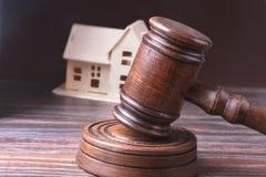Husauktion, auktionhammare, symbol av myndighet och miniatyrhus Rättssalbegrepp Arkivfoton
