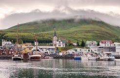 Husavik,冰岛-渔船在被制服的光的港口停泊了 免版税库存照片
