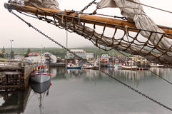 Husavik, Ισλανδία - αλιευτικά σκάφη που δένονται στο λιμάνι κατακτημένος Στοκ εικόνα με δικαίωμα ελεύθερης χρήσης