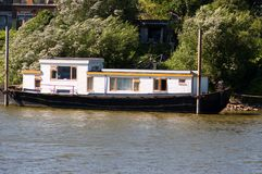 Husbåt i Arnhem, Nederländerna royaltyfria foton