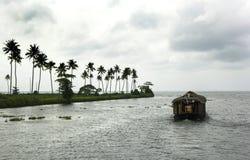 Husbåt i avkrok av Kerala, Indien Arkivfoto