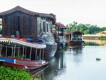 Husbåt i Thaen Chin River Nakhonpathom Arkivbild