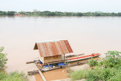 Husbåt på floden Royaltyfri Foto