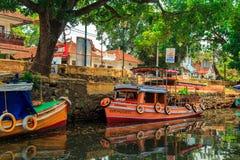 Husbåt på kanalerna av Alleppey Arkivfoton