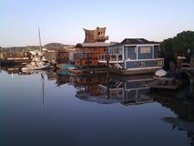 Husbåtar i rad i Sausalito, Kalifornien arkivfoton