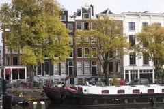 Husbåtar och kanalhus i Amsterdam Royaltyfria Bilder