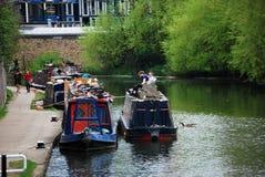 Husbåtar på regentens kanal nära den St Pancras handfatet Arkivfoto
