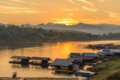 Husbåtby i den måndag bron, Sangkhlaburi, Kanchanaburi, Tha Royaltyfria Foton