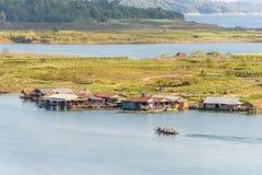 Husbåtby i Sangkhlaburi, Kanchanaburi Arkivbild
