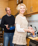 Husband helping wife to cook Royalty Free Stock Photography