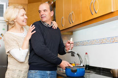 Husband helping wife to cook Royalty Free Stock Images
