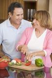husband meal preparing wife στοκ εικόνα με δικαίωμα ελεύθερης χρήσης