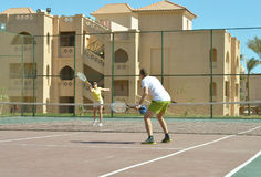 Husband and wife playing tennis Stock Photography