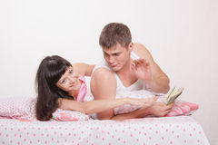Husband and wife share advance Royalty Free Stock Images