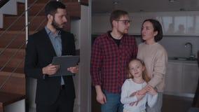 Husbant和妻子有孩子的谈话与不动产房地产经纪商关于r 股票视频