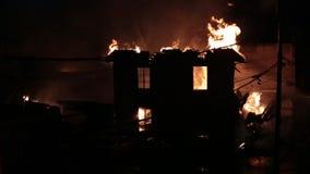 Husbrand med den intensiva flamman arkivfilmer