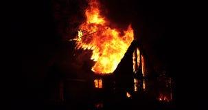 Husbrand med den intensiva flamman Fullständigt överväldigad husbrand stock video
