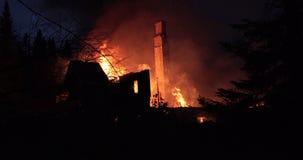 Husbrand med den intensiva flamman Fullständigt överväldigad husbrand lager videofilmer