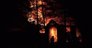 Husbrand med den intensiva flamman Fullständigt överväldigad husbrand arkivfilmer