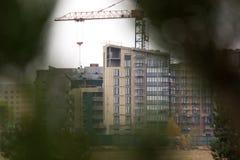 Husbyggnadsprocess till och med filialer modernt hus arkivbilder