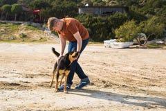Husdjur, tamdjur, säsong och folkbegrepp - lycklig man med hans hund som utomhus går Royaltyfria Foton