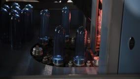 HUSDJURpreforms flyttar sig på uppvärmningugnslinje i snabb hastighet Plast- buteljerar produktion lager videofilmer