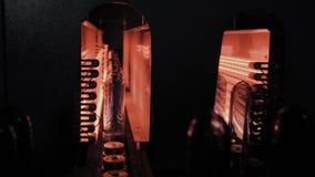 HUSDJURpreforms flyttar sig på uppvärmningugnslinje i snabb hastighet Plast- buteljerar produktion stock video