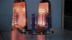 HUSDJURpreforms flyttar sig p? uppv?rmningugnslinje i snabb hastighet Plast- buteljerar produktion arkivfilmer