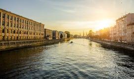 Husen på den Fontanka floden i St Petersburg på solnedgången Fotografering för Bildbyråer