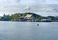 Häuser auf einer Insel auf dem See Sentani Stockfotografie