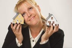 Häuser in den weiblichen Händen Stockfotos