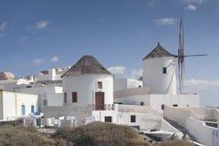 Huses i wiatrowy młyn przy Santorini przy Grecja Zdjęcie Royalty Free