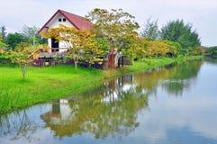 Huset är i flodstranden. Arkivfoto