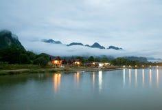 Huset är i mitt av naturen Dröm för många personer Berg dimma, flod royaltyfria foton