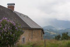 Huset är på en backe i Frankrike Region Midi Pyrenees Royaltyfri Bild